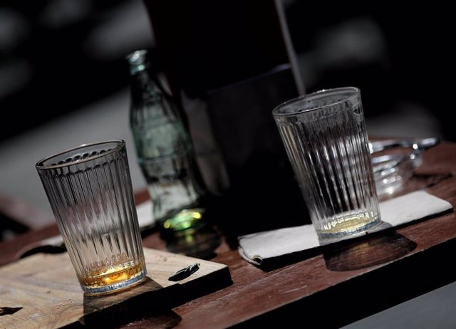 Archivo - Vasos en una mesa.