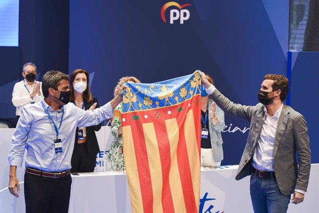 El nuevo líder del PP de la Comunidad Valenciana, Carlos Mazón (i) y el presidente del PP, Pablo Casado (d) con una bandera de la Comunidad Valenciana, tras haber sido elegido, Carlos Mazón presidente del PPCV, en el XV Congreso regional del PPCV