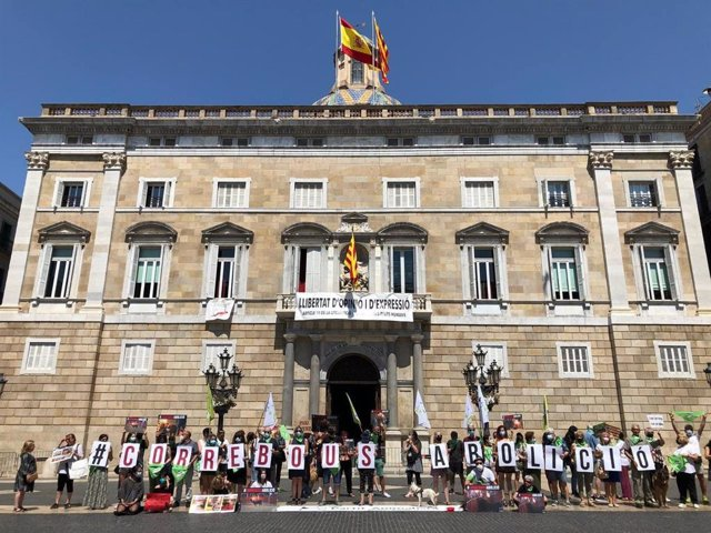 Concentració de Pacma a la plaça Sant Jaume de Barcelona