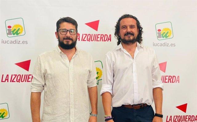 De izquierda a derecha, el nuevo coordinador de IU Cádiz, Jorge Rodríguez, y su antecesor, Fernando Macías, este sábado en la XVI Asamblea Provincial.