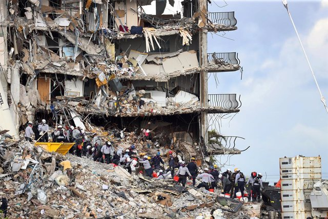 29 June 2021, US, Surfside: Search and rescue efforts continue at the collapsed Surfside condo building. Photo: Mike Stocker/TNS via ZUMA Wire/dpa