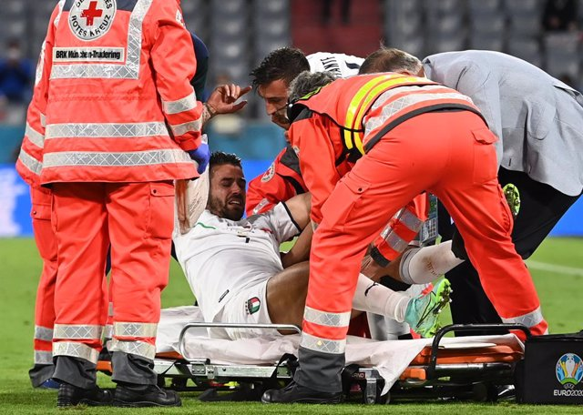 02 July 2021, Bavaria, Munich: Italy's Leonardo Spinazzola is carried off the pitch injured during the UEFA EURO 2020 quarter-final soccer match between Italy and Belgium at the Allianz Arena. Photo: Federico Gambarini/dpa