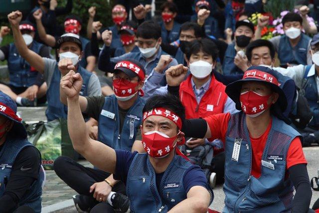 Trabajadores durante una manifestación de un sindicato en Seúl, Corea del Sur