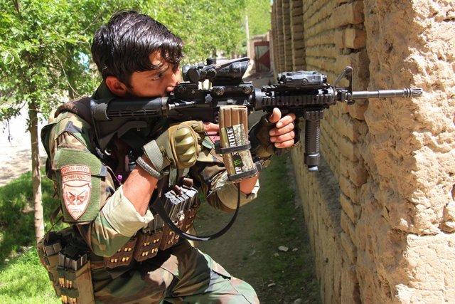 Un militar en Kunduz durant els combats amb els milicians talibà
