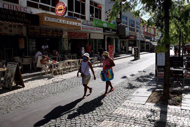 Archivo - Turistas con mascarilla en Portimao, Portugal