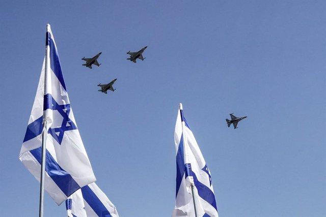 Aviones de combate de Israel junto a la bandera del país