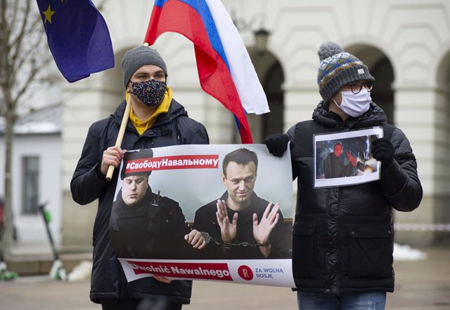 Archivo - 23 January 2021, Poland, Warsaw: Demonstrators hold placards with the picture of Russian opposition leader Alexei Navalny during a protest against his jailing. Photo: Aleksander Kalka/ZUMA Wire/dpa