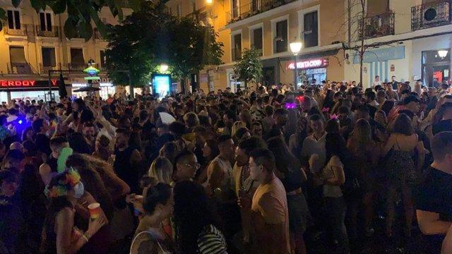 Aglomeraciones en la plaza de Chueca, en Madrid, con motivo de la celebración del Orgullo LGBT