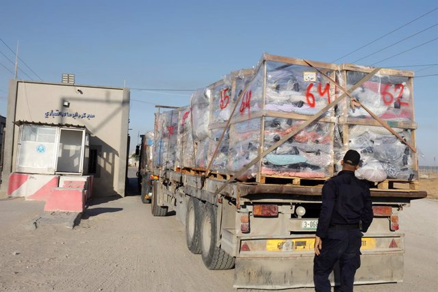 21 June 2021, Palestinian Territories, Rafah: Trucks loaded with fabrics cargo crosses the Kerem Shalom border crossing. Israel allowed again On Monday the export of agricultural products from the Palestinian territory, one month after the beginning of a