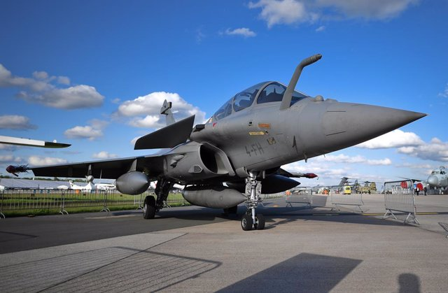 Archivo - FILED - 25 April 2018, Brandenburg, Schoenefeld: A French-made Dassault Rafale jet fighter is seen exhibited during the 2018 Berlin International Air Show (ILA). Five French-made Rafale fighter jets were formally inducted into the Indian Air For