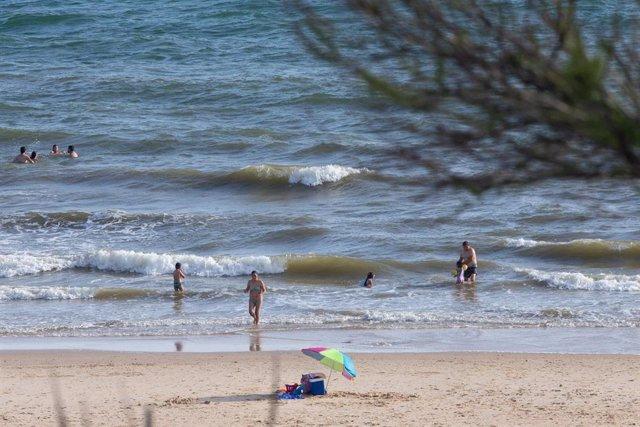 Archivo - Pocas personas se bana en la playa durante el fin de semana de la Romería del Rocio en la Playa de Matalascanas . 23 de mayo de 2021 en Almonte, Huelva, España.