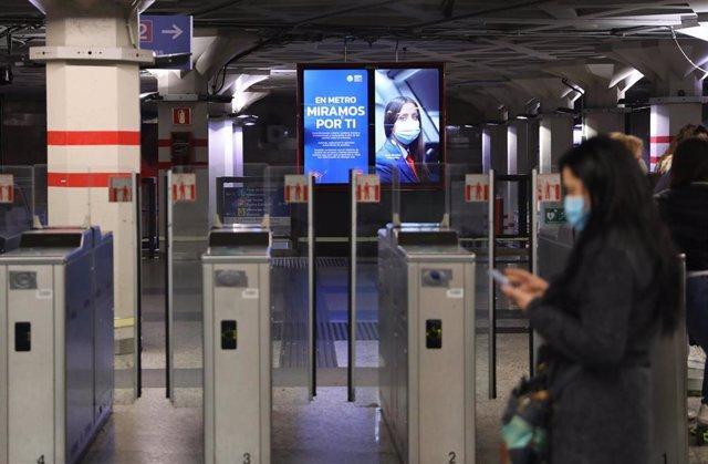 Archivo - Una persona camina en la estación de metro de Sol, a 3 de mayo de 2021, en Madrid (España).