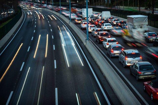 Archivo - Tráfico de coches en carretera de España.