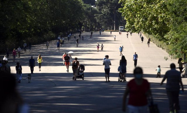 Archivo - Varias personas caminan por el Parque del Retiro en Madrid (España), a 29 de junio de 2020.