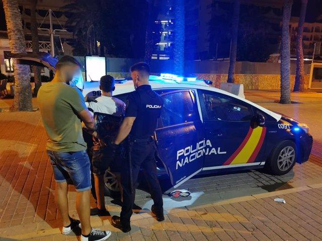 Efectivos de la Policía Nacional practican una detención en la Playa de Palma.
