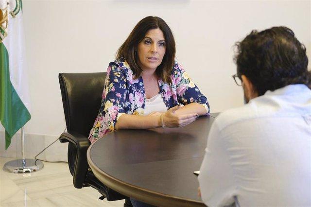 Archivo - La portavoz parlamentaria del PSOE-A, Ángeles Férriz, durante la entrevista con diario Sur.