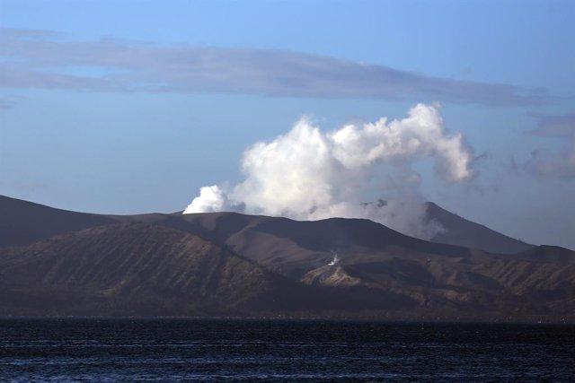 Archivo - El volcán Taal expulsando cenizas y humo