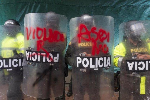 Archivo - Agentes del Escuadrón Móvil Antidisturbios (ESMAD) de la Policía de Colombia