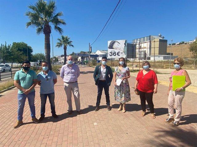 Los diputados de Vox, Macario Valpuesta y María José Piñero, en su visita a Coria del Río (Sevilla) por los problemas de la emanación de gases tóxicos.