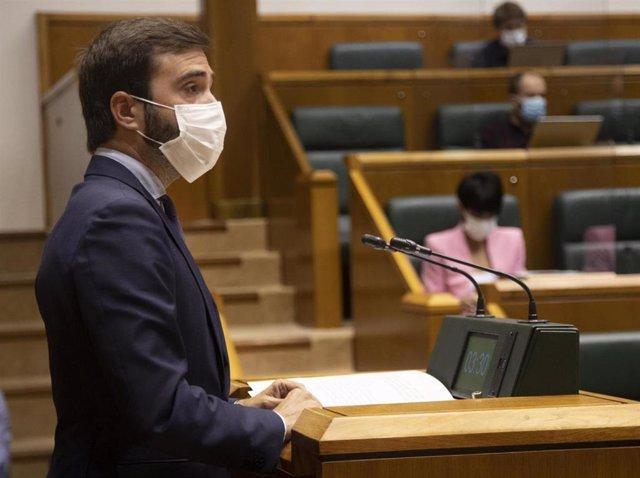 El consejero de Consumo, Javier Hurtado, en el Parlamento vasco.