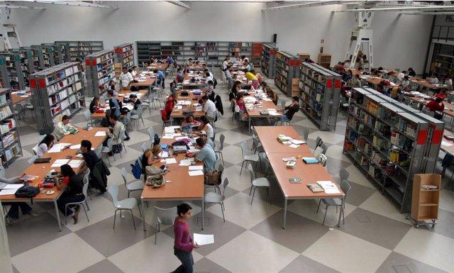 Archivo - Imagen de archivo de la biblioteca de la Universidad Pablo de Olavide de Sevilla.