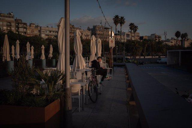 Archivo - Un hombre en la terraza de un bar en Barcelona