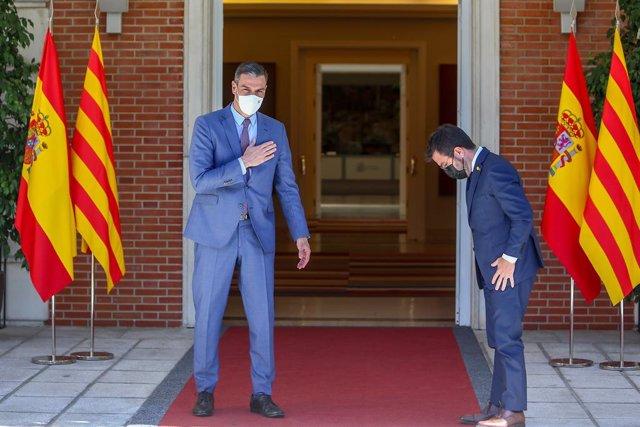 El presidente del Gobierno, Pedro Sánchez (i), recibe en el Palacio de la Moncloa al president de la Generalitat de Catalunya, Pere Aragonès, a 29 de junio de 2021, en Madrid (España). Ambos mandatarios se reúnen hoy por primera vez para sentar las bases