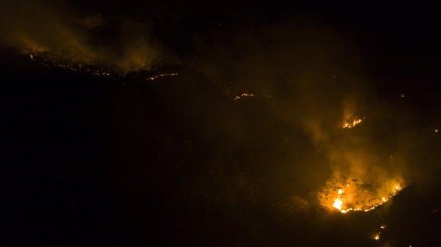 Archivo - El incendio forestal en el condado de Muli, provincia de Sichuan, suroeste de China