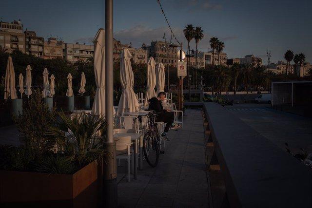 Archivo - Arxivo - Un home en la terrassa d'un bar a Barcelona