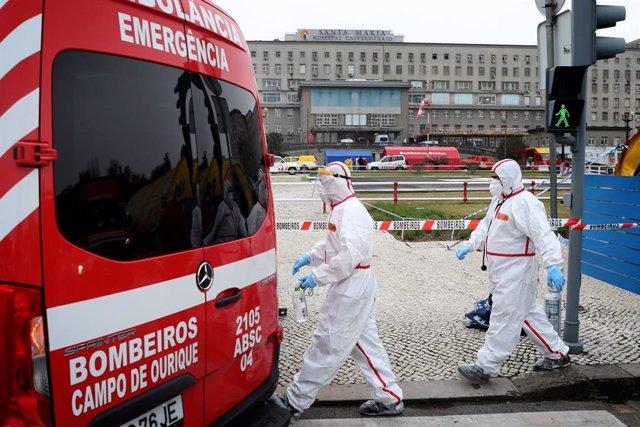 Archivo - Personal sanitario con equipos de protección contra el coronavirus junto a una ambulancia en un hospital de Lisboa, Portugal