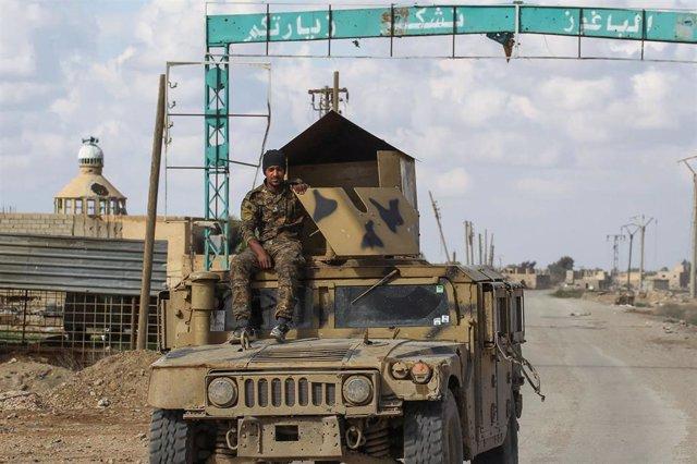 Archivo - Un miliciano de las Fuerzas Democráticas Sirias (FDS) en la ciudad siria de Baghuz