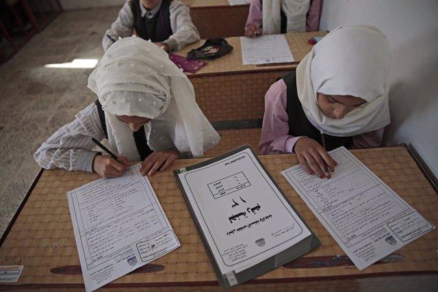 Archivo - 28 March 2021, Yemen, Sanaa: Yemeni students take the final school exam a month earlier as a precautionary measure against the wide spread of Coronavirus, at a school in Sanaa. Photo: Hani Al-Ansi/dpa