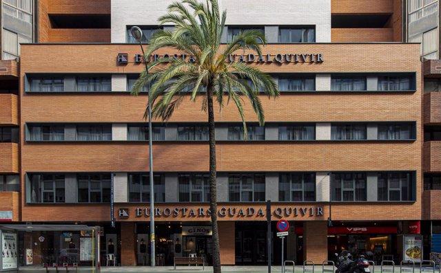 Situado en una de las principales arterias de Sevilla, a escasos minutos a pie del centro de la ciudad y muy próximo al recinto ferial, al Paseo de Colón, la Plaza de Toros de la Maestranza y los principales monumentos históricos de la ciudad.