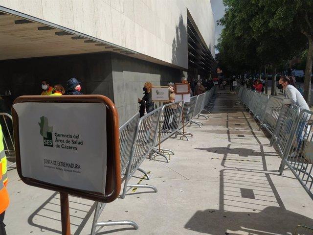 Archivo - Centro de vacunación en Cáceres situado en el Palacio de Congresos