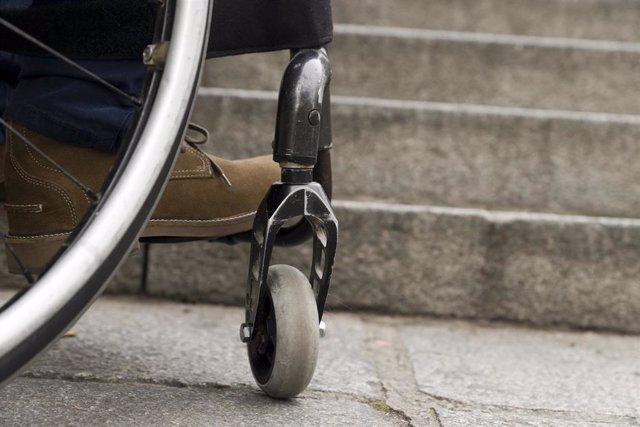 Archivo - Accesibilidad, ciudad, silla de ruedas, discapacidad