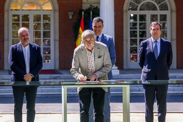 El secretario general de UGT, Pepe Álvarez (c), firma el acuerdo del Ejecutivo nacional con los agentes sociales para reformar las pensiones con la presencia de (i-d) el secretario general de CCOO, Unai Sordo; el presidente del Gobierno, Pedro Sánchez; el