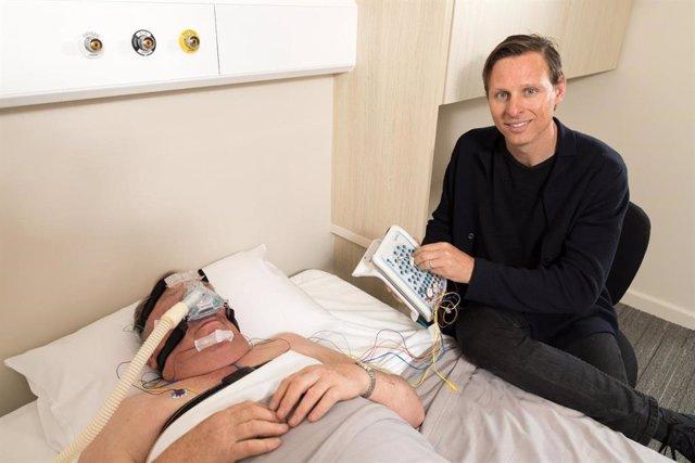 Uno de los líderes del trabajo, Danny Eckert, con un paciente con apnea del sueño