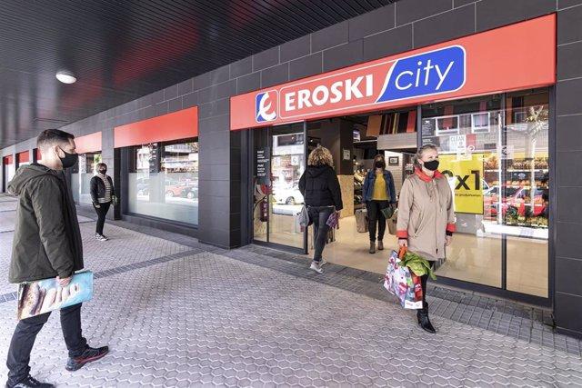 Archivo - Nueva tienda Eroski en San Sebastián.