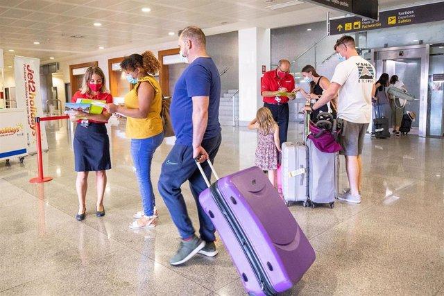 Pasajeros británicos en un aeropuerto
