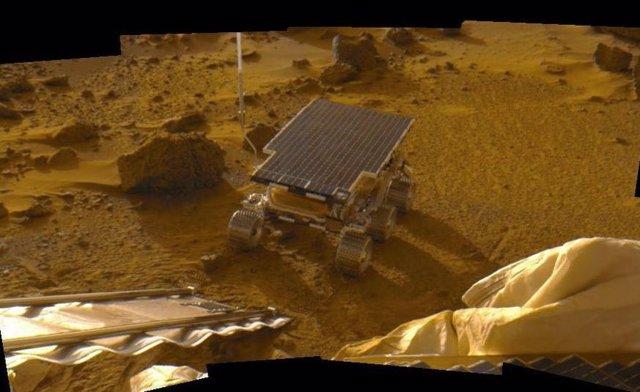 Imagen mosaico del voer Sojourner tomada desde el aterrizador de la misión Mars Pathfinder