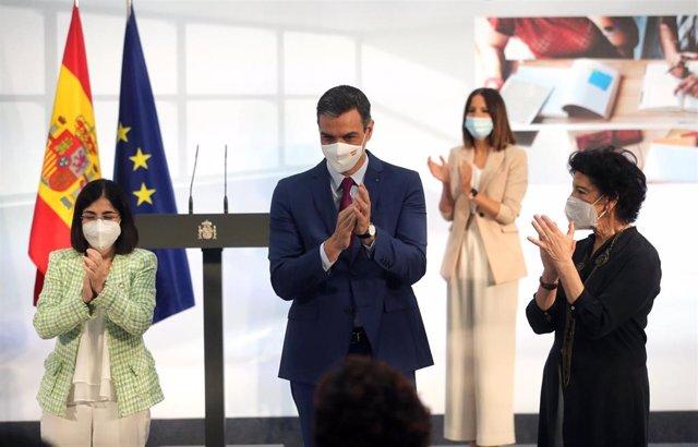 (I-D) La ministra de Sanidad, Carolina Darias; el presidente del Gobierno, Pedro Sánchez y la ministra de Educación, Isabel Celáa, aplauden durante un acto de homenaje a la comunidad educativa, en La Moncloa, a 19 de junio de 2021, en Madrid (España).