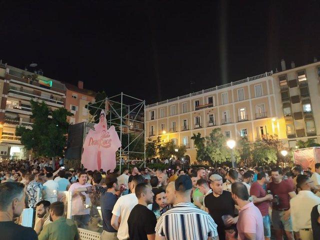Botelllón en la plaza Pedro Zerolo de Madrid durante las fiestas del Orgullo 2021