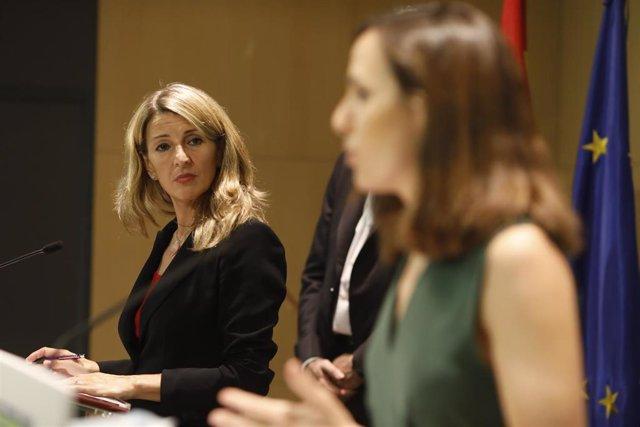 La vicepresidenta tercera del Gobierno, Yolanda Díaz, y la ministra de Derechos Sociales y Agenda 2030, Ione Belarra.