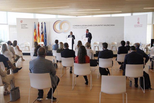 El presidente del Parlament balear, Vicenç Thomas (i); y el presidente de Les Corts Valencianes, Enric Morera, intervienen en la inauguración de la I cumbre entre Baleares y Comunitat Valenciana, a 5 de julio de 2021, el Palacio de Congresos de Palma.