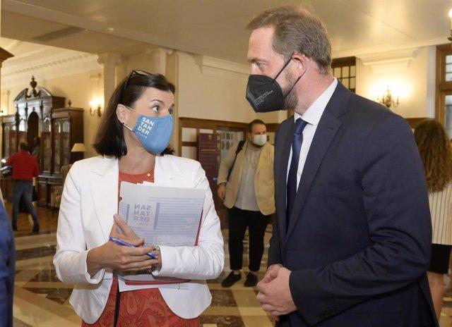 La alcaldesa de Santander  y el secretario de Estado de Turismo