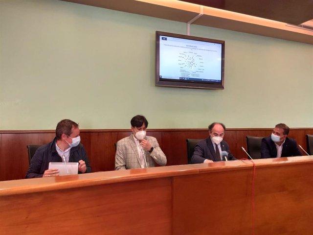 Los responsables de la Cátedra C_Innova, Fernando Rubiera y Esteban Fernández, junto al rector de la Universidad, Ignacio Villaverde, y el consejero de Ciencia, Innovación y Universidad del Gobierno asturiano, Borja Sánchez.