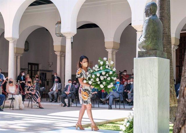 La presidenta del Parlamento andaluz, Marta Bosquet, deposita un ramo de flores ante el busto de Blas Infante en el acto conmemorativo del 136 aniversario de su nacimiento.