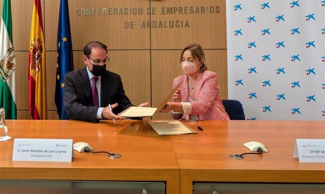 El presidente de CEA, Javier González de Lara, y la directora territorial de CaixaBank en Andalucía Occidental y Extremadura, María Jesús Catalá.