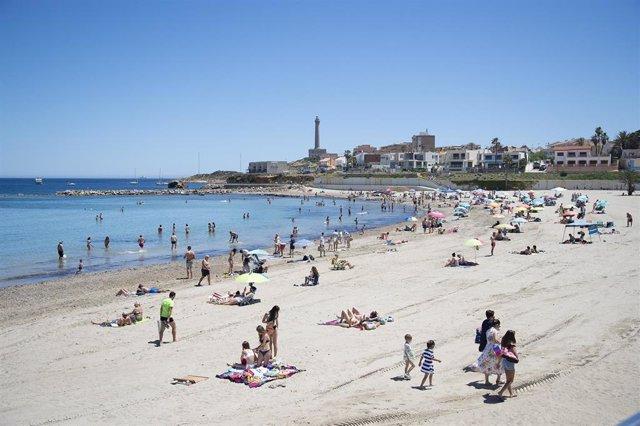 Archivo - Varias personas en la Playa de Levante, en la Manga del Mar Menor, a 16 de abril de 2021, en Cartagena, Región de Murcia (España).