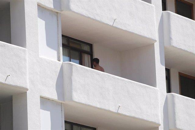 Un joven en un balcón del hotel Palma Bellver, donde estaban confinados 249 jóvenes que han tenido relación directa o indirecta con el brote de un viaje de estudios a Mallorca,